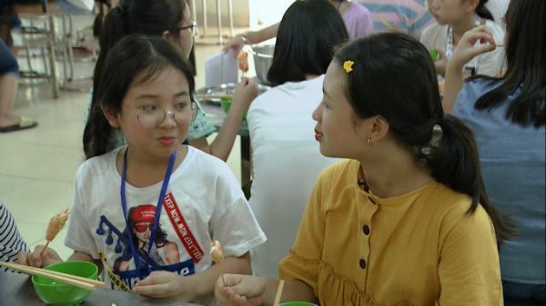 Ngọc Ánh và Hà Anh vui vẻ vừa ăn vừa đùa nghịch trong bữa trưa đầu tiên tại địa điểm huấn luyện.