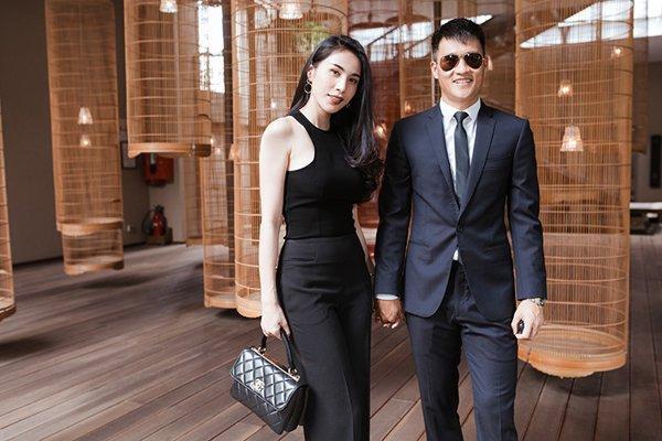 Túi Chanel đắt giá được mix theo style all-black cá tính.