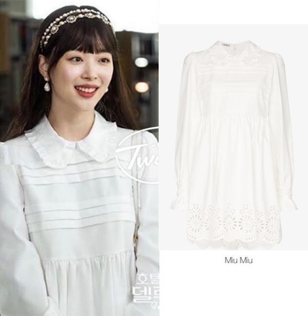 Được biết kiểu váy búp bê này từ nhà mốt MIU MIU có giá tới 2.425 USD (hơn 56 triệu đồng).
