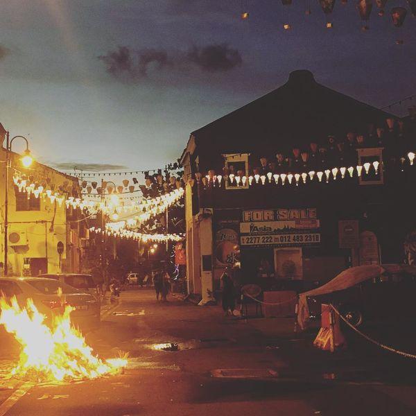 Tại Malaysia, Đại lễ Vu Lan còn được gọi là Ngày Tổ tiên. Vào ngày lễ hội tháng 7 này, mọi người sẽ treo đèn lồng quanh nhà và ngoài đường phố. Theo phong tục truyền thống, người dân sẽ tạm dừng các công việc nhà nông để thực hiện nghi lễ thờ cúng, đốt vàng mã và cầu siêu cho vong linh đã khuất.