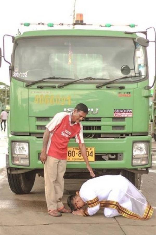 Kalangnalong, chàng cử nhân đại học quỳ gối trước người cha sau khi nhận bằng tốt nghiệp.