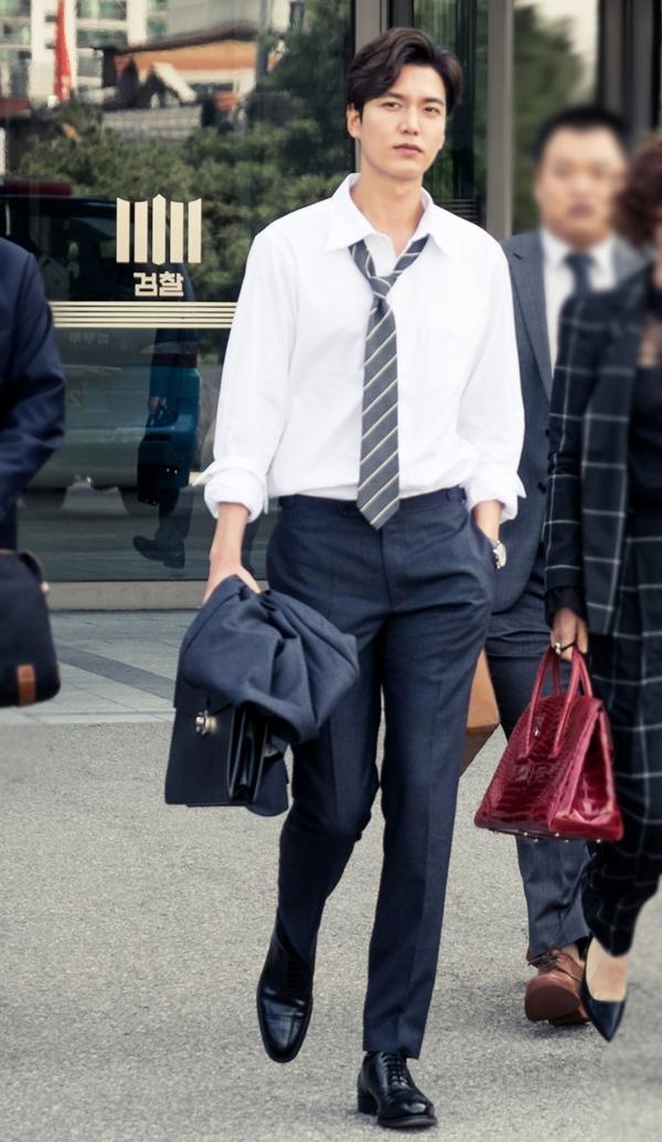Hình ảnh nam diễn viên lịch lãm trong style công sở với áo sơ mi trắng thắt cà – vạt