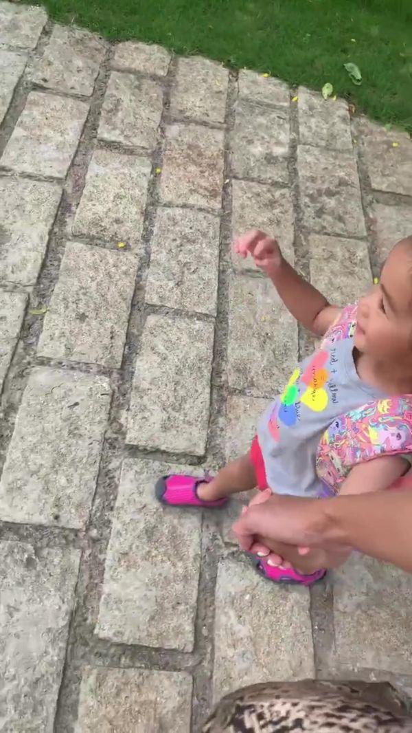 Trong một video clip gần đây nàng ngọc nữ còn vô tình làm lộ gương mặt của con gái vì một sự cố bất ngờ