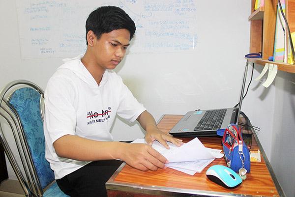 Tiến Trung đang chuẩn bị hồ sơ để tiến hành nhập học tại trường Đại học Y dược TP.HCM vào đầu tháng 9. Ảnh: Báo Đồng Nai