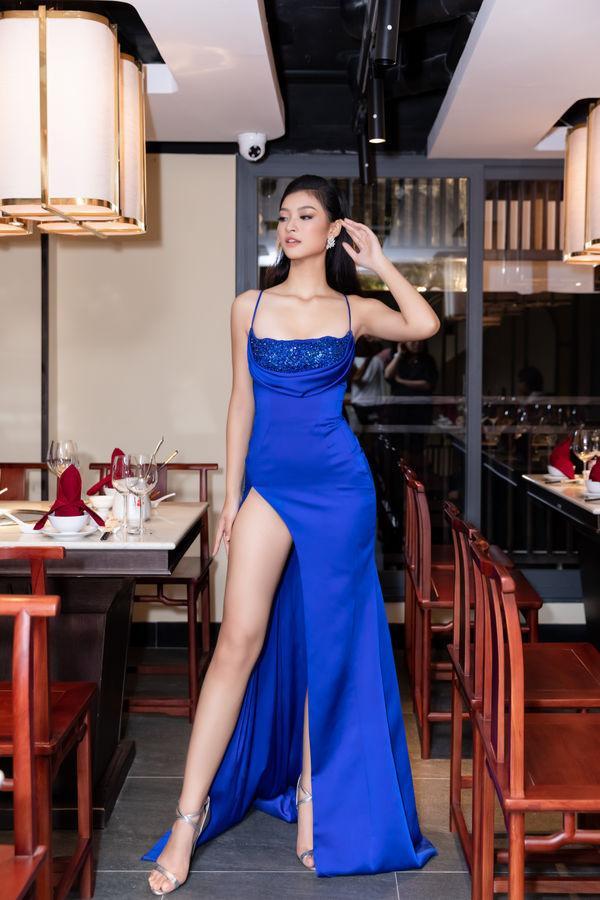 Á hậu Kiều Loan khiến công chúng mê mẩn khi thả dáng trong chiếc váy xẻ cao tận hông.