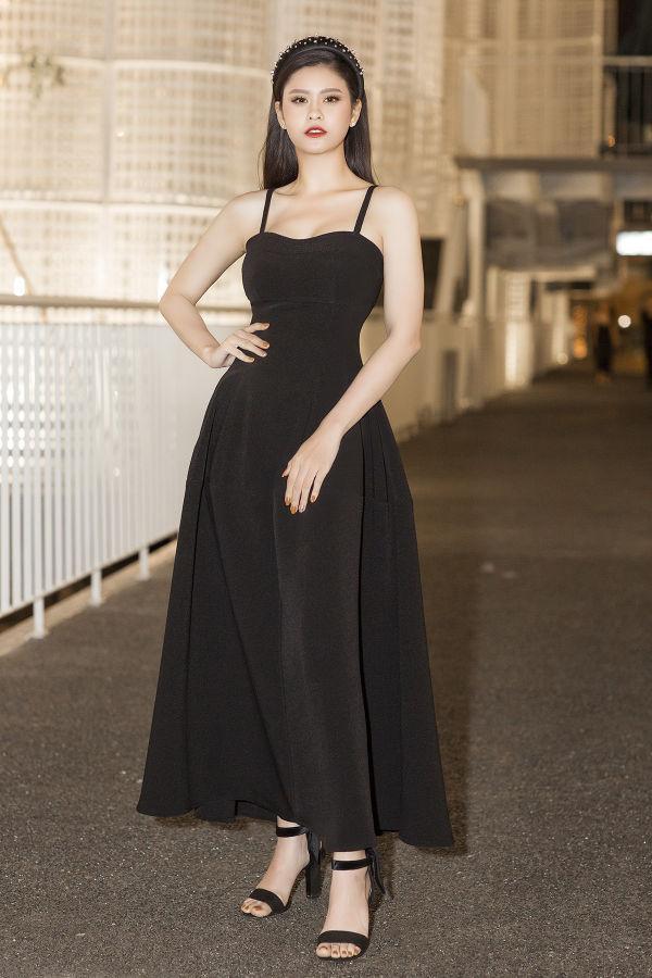 Chiếc váy đen đơn giản nhưng có phom dáng đẹp đã góp phần giúp Trương Quỳnh Anh ghi điểm trong mắt khán giả.
