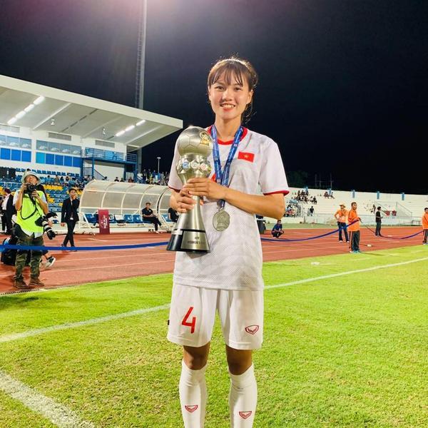 Hậu vệ trẻ Nguyễn Thanh Huyền thu hút sự chú ý nhờ vẻ ngoài xinh nhất đội.