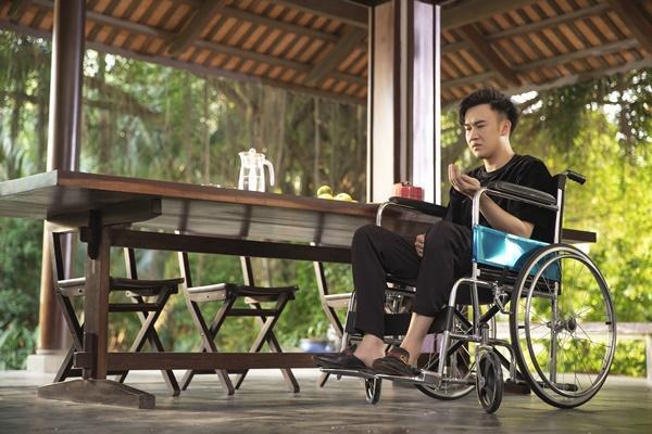 Sau tai nạn, Dương Triệu Vũ phải ngồi xe lăn vì không thể tự đi lại.