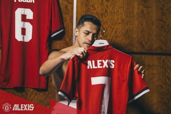 Chiếc áo số 7 của M.U có vẻ hơi rộng với Sanchez.