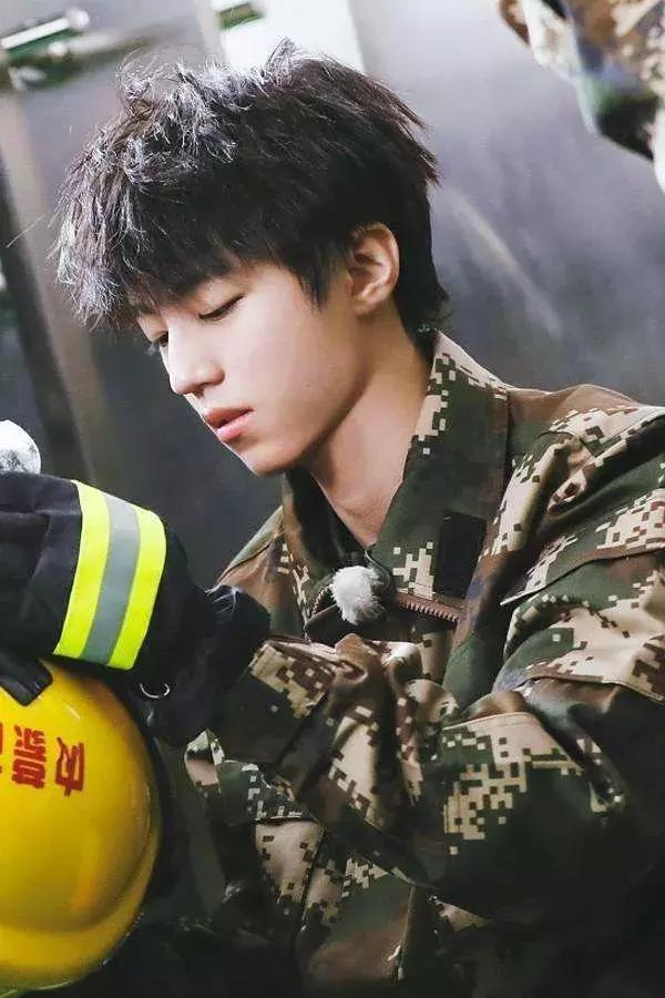 Nam diễn viên Hoa ngữ nào mặc quân trang là cool nhất? ảnh 3