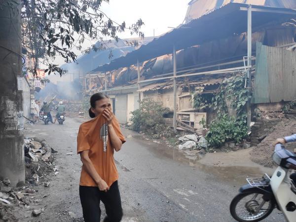 Người dân khó thở khi đi qua khu vực xảy ra cháy.