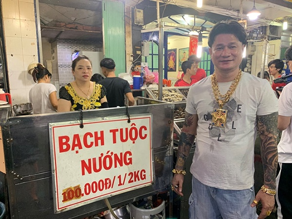Xuất hiện clip ông bà chủ quán ăn đeo 100 cây vàng chỉ để đứng bán ốc ở Sài Gòn ảnh 2