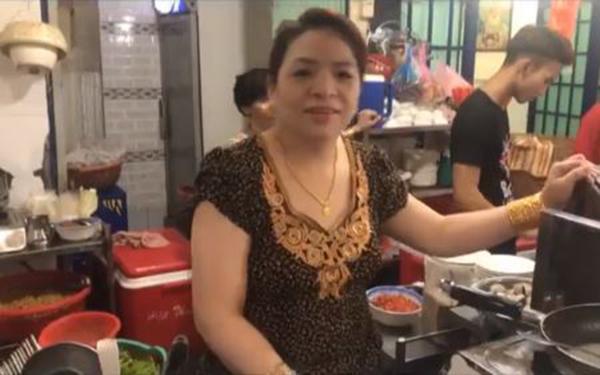 Xuất hiện clip ông bà chủ quán ăn đeo 100 cây vàng chỉ để đứng bán ốc ở Sài Gòn ảnh 1