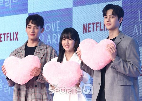 Jung Ga Ram chia sẻ về tình tay ba của anh, Song Kang và Kim So Hyun trong Love Alarm ảnh 0