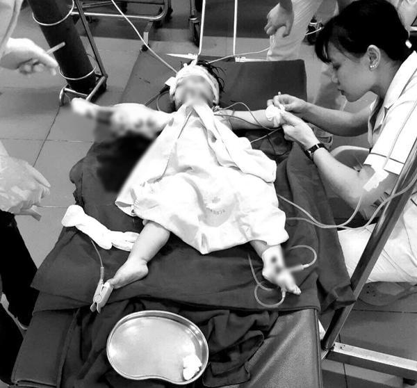 Hình ảnh cháu My tại bệnh viện khiến ai cũng đau đớn xót xa.
