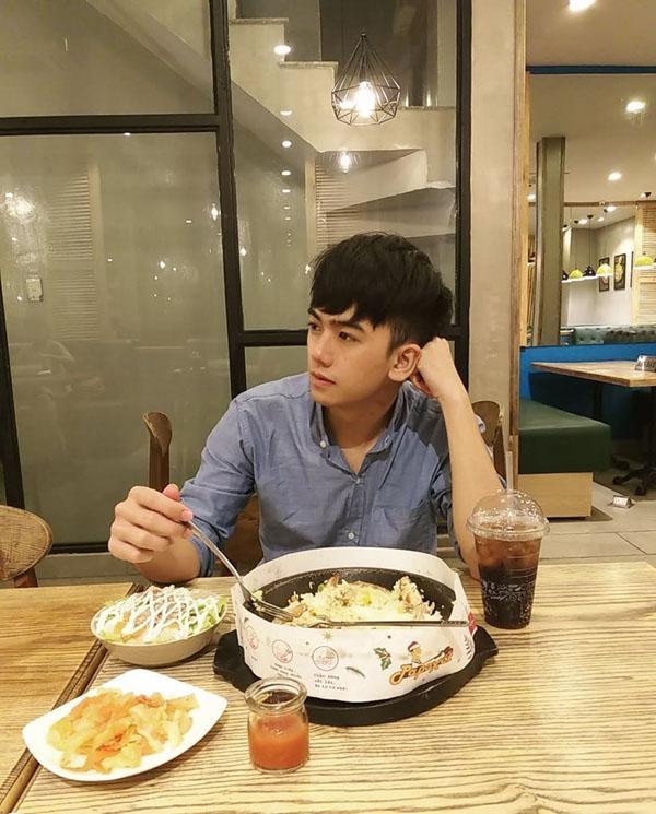 Xuất hiện vài giây sau lưng Trường Giang  Hari Won, trai đẹp bất ngờ được truy lùng danh tính ảnh 1