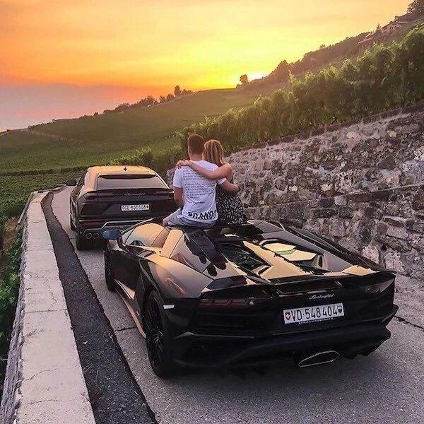 Cùng ngắm trời hoàng hôn bên siêu xe quả là một trải nghiệm tuyệt vời.