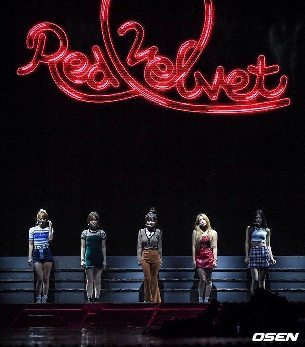 Red Velvet trong sân khấu quảng bá mini album mới đây.