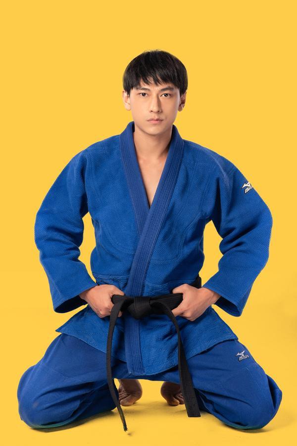 Isaac mang đến một hình tượng hoàn toàn mới khi vào vai Lâm - một vận động viên Judo trải qua nhiều biến cố: khi rạng rỡ trên đỉnh cao phong độ, rồi trở nên khép kín và e dè sau tai nạn mất đi thị giác.