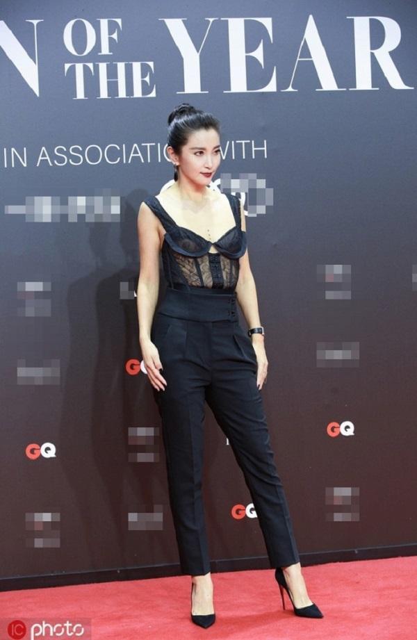 Thân hình thon gọn , săn chắc cùng set đồ cá tính với áo ren corset mix cùng quần đen lưng cao kaki khiến Lý Băng Băng trở thành tâm điểm tại sự kiện