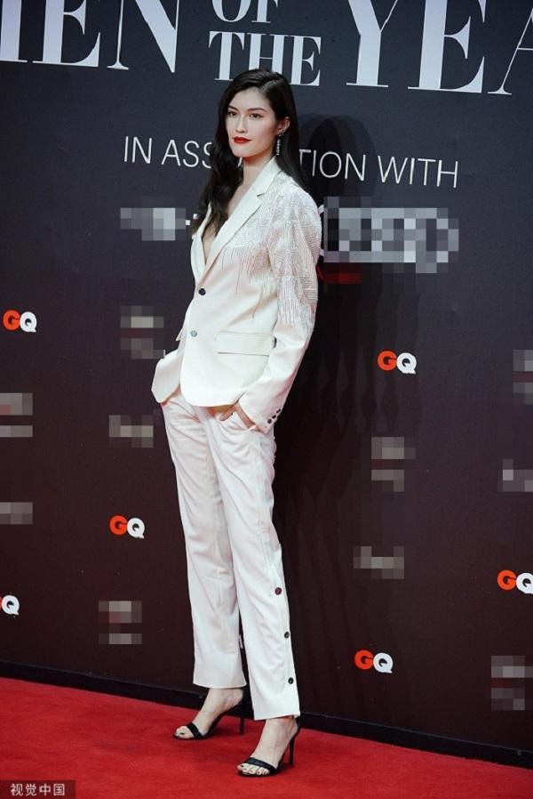 Siêu mẫu nội y Sui He với phong cách menswear với suit trắng thanh lịch