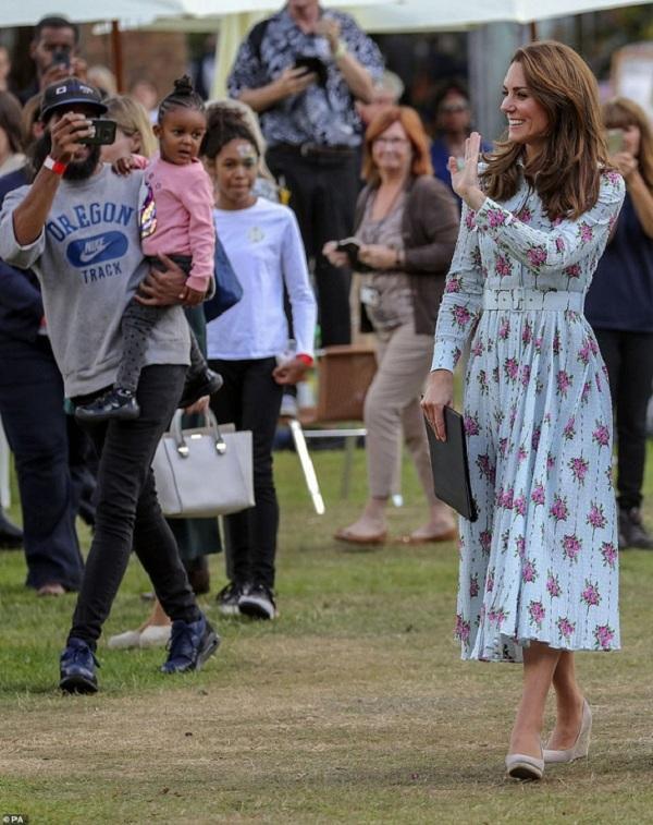 Nếu để ý kĩ Công nương Kate diện mẫu váy hoa tươi tắn mix cùng giày đế xuồng, đây là một trong những items Nữ hoàng Anh Elizabeth II cực kì ghét vì bà cho rằng thiết kế giày thô kệch không hề thanh lịch
