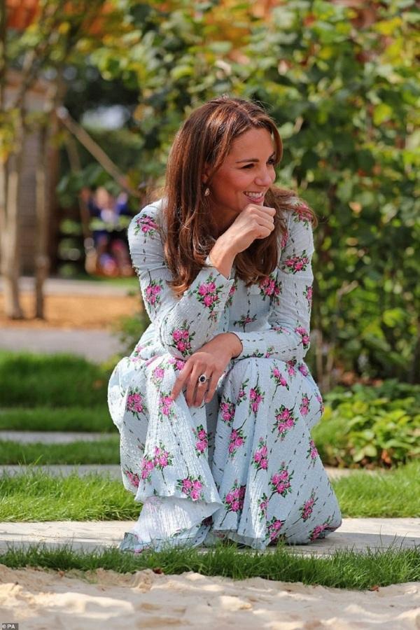 Bộ cánh của cô đến từ thương hiệu Emilia Wickstead có giá gần 50 triệu đồng