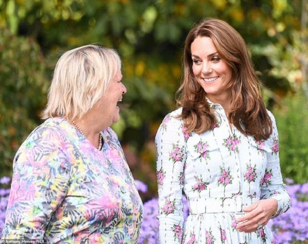 Nữ Công tước xứ Cambridge khoe được vẻ kiêu sa, dịu dàng thu hút công chúng xung quanh