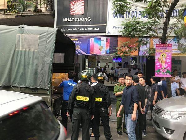 Công an thu giữ nhiều tài liệu phục vụ điều tra sau khi khám xét cơ sở Nhật Cường tại số 33 Lý Quốc Sư, Hà Nội vào ngày 9/5.