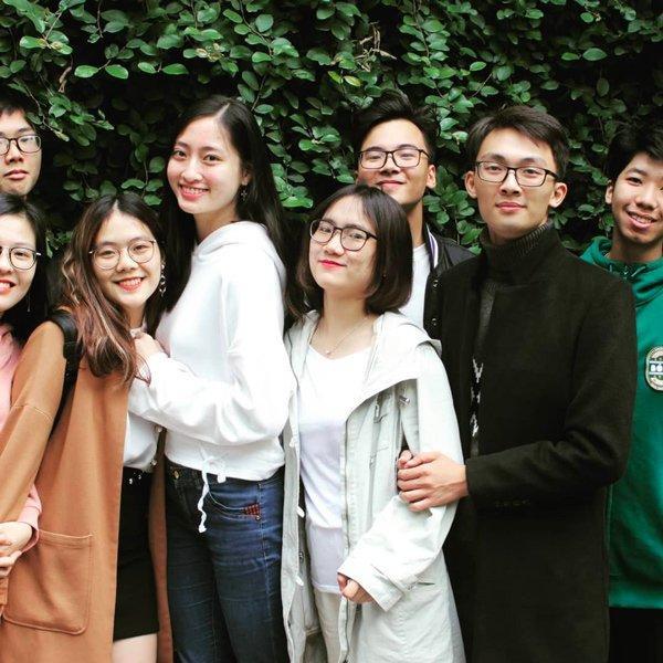 Vẫn nổi bần bật khi chụp hình chung với bạn bè cùng lớp dù chỉdùng ít son môi Hoa hậu Lương Thùy Linh xứng đáng với ngôi đệ nhất mỹ nhân mặt mộc Vbiz