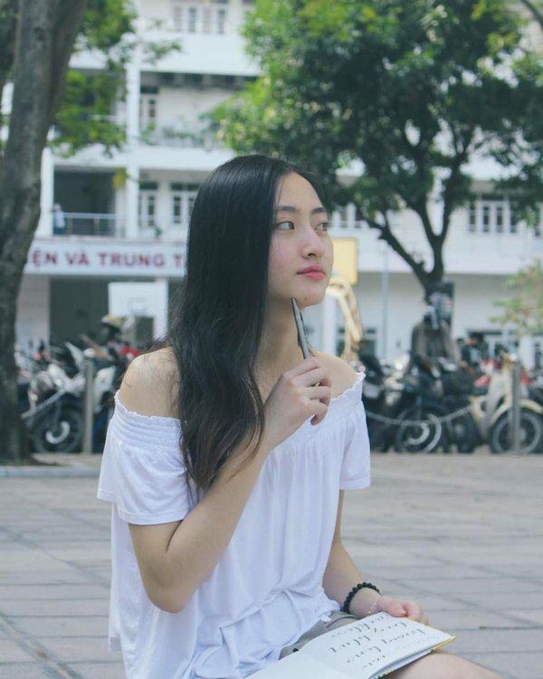 Ở tuổi 19, Lương Thùy Linh khiến nhiều người phải ghen tỵ khi sở hữu gương mặt xinh đẹp tự nhiên 'không góc chết' và làn da trắng mịn không tì vết Hoa hậu Lương Thùy Linh xứng đáng với ngôi đệ nhất mỹ nhân mặt mộc Vbiz