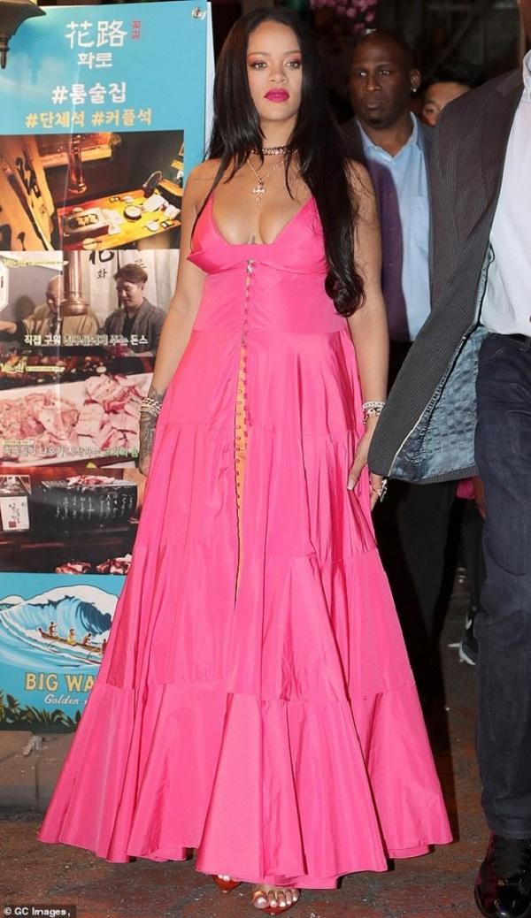 """Tại sự kiện, Rihanna chọn cho mình kiểu váy có thiết kế khá """" bánh bèo"""" màu hồng xếp ly cùng điểm nhấn là vòng một """" căng tràn"""""""