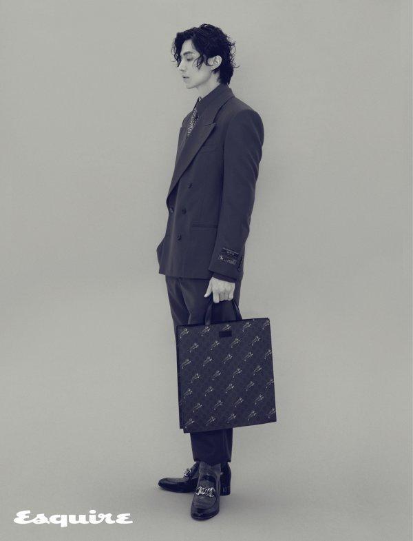 Lee Dong Wook trên tạp chí Esquire số phát hành tháng 10.