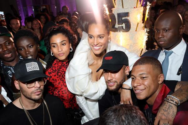 Sau chiến thắng 1-0 trước Bordeaux ở vòng 8 Ligue 1, Neymar cùng Kylian Mbappe tới tham dự bữa tiệc sinh nhật của chân dài Cindy Bruna cùng nhiều người mẫu xinh đẹp khác tại khách sạn Lutetia.