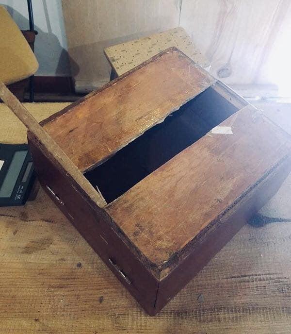 Chiếc thùng gỗ đựng tiền của quán bị trộm cậy phá. Ảnh: Facebook
