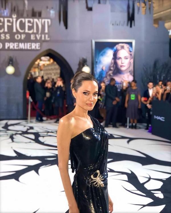 Tông makeup sắc sảo cùng bộ cánh đặc trưng riêng của Angelina Jolie