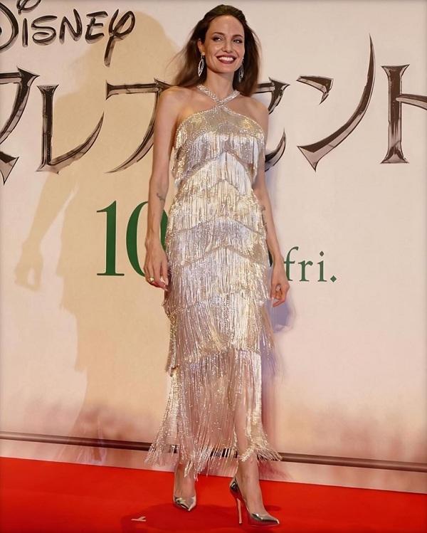 Và gần đây khi xuất hiện tại Nhật Bản, cô khiến hàng triệu khán giả vỡ òa cảm xúc khi khoác trên mình bộ váy gợi cảm tua rua ánh kim bạc với thần thái ngút ngàn