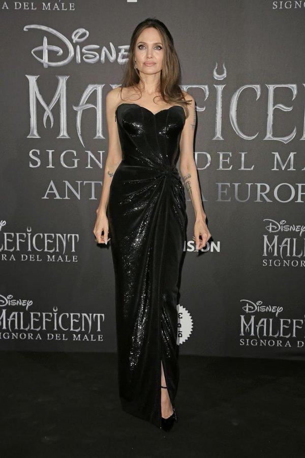 Tối cùng ngày tại Rome, nếu sáng cô theo phong cách mơ mộng, bay bổng thì tiệc tối vợ cũ Bradd Pitt hóa thành quý bà gợi cảm trong váy cúp ngực sequin long lanh đến từ nhà mốt Versace