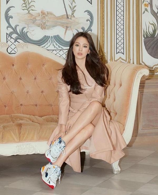 Những thiết kế giày cao gót , giày boots chon đến giày thể thao tiên đoán sẽ rơi vào tình trạng sold out khi được Song Hye Kyo quảng bá