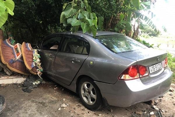 Ô tô tông sập Miếu Đôi ở bán đảo Sơn Trà. Ảnh: VietNamNet