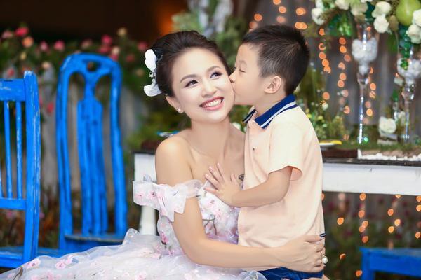Vân Hugo và con trai Tường Minh