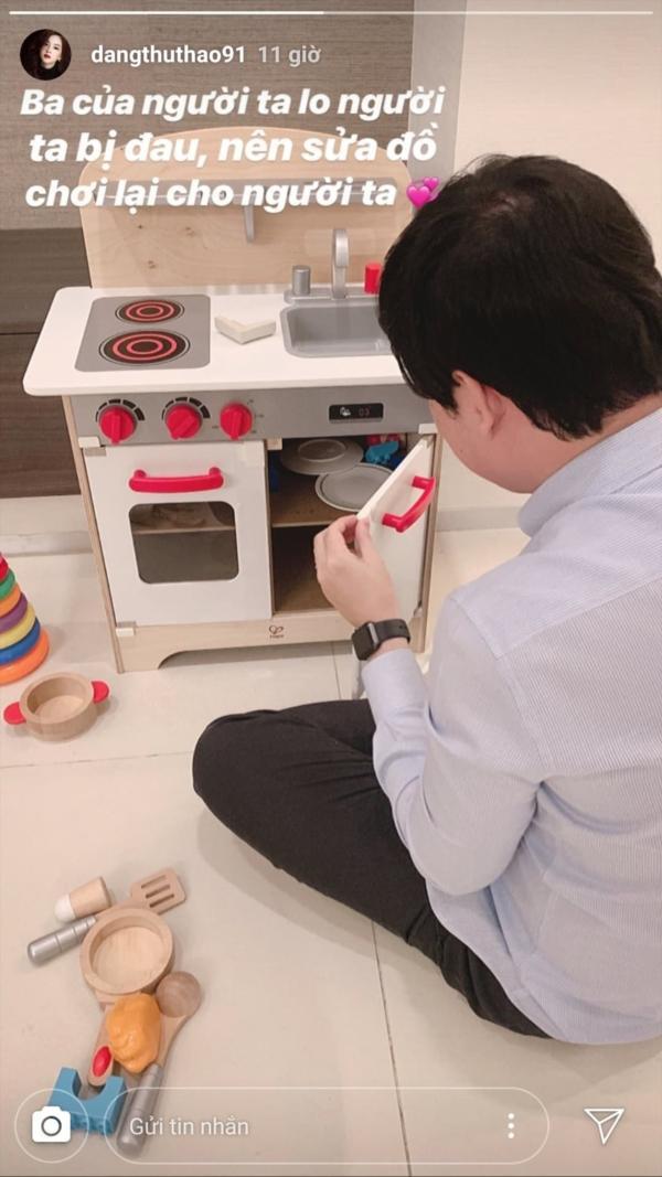 Trung Tín cặm cụi sửa đồ chơi cho con