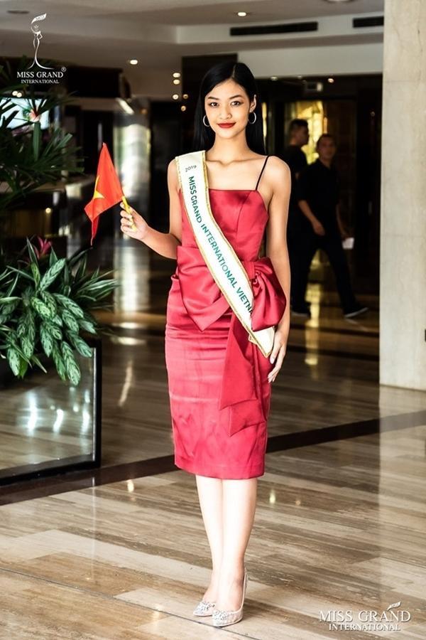 Đây không phải là hình ảnh hiếm hoi đại diện Việt bị ống kính ban tổ chức dìm hàng. Hình ảnh Kiều Loan vừa đặt chân đến Venezuela với đôi chân to, ngắn khiến cô như chỉ cao 1m50.