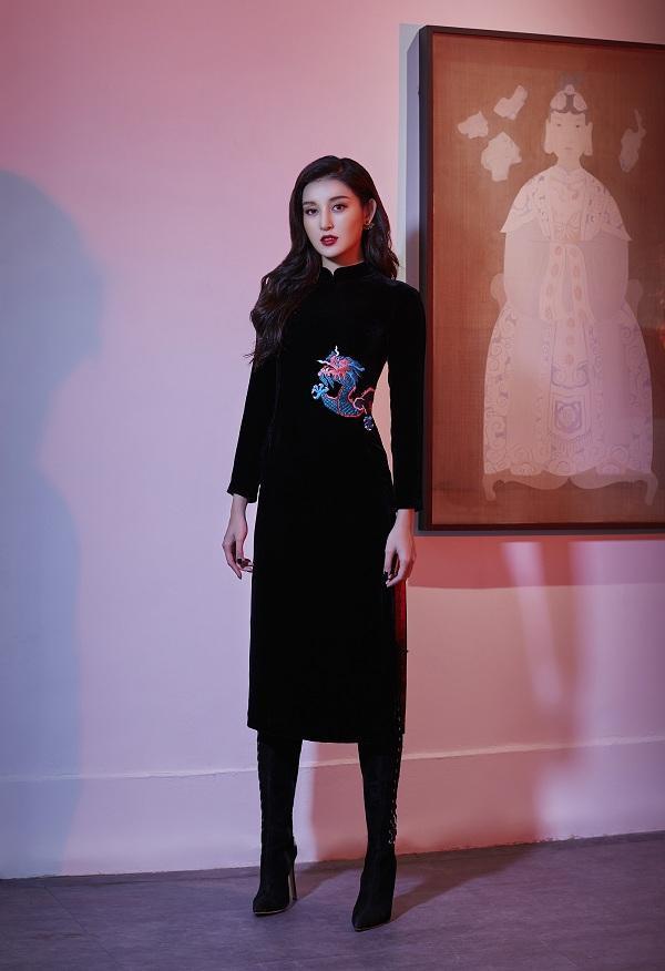 Trên mỗi mẫu váy đều có điểm nhấn tinh tế, từ chi tiết thêu 3D đến đường xẻ ở ngực, đùi, giúp khai thác vẻ nữ tính, quyến rũ của người phụ nữ.