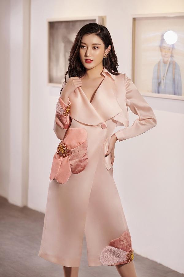 Một chút nữ tính, điệu đàng với gam màu hồng pastel. Trang phục váy dài tay suông rất hợp trong tiết trời vào thu