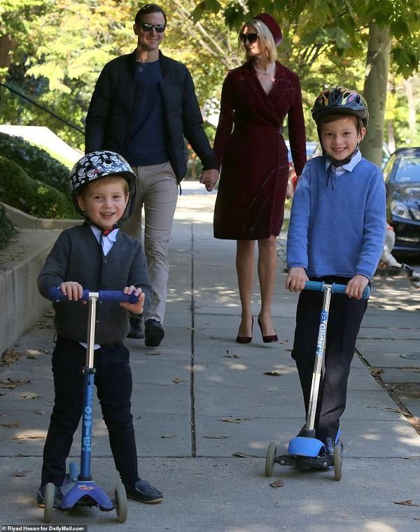 Doanh nhân Jared Kushner và con gái Tổng thống Trump hiếm hoi xuất hiện trước công chúng cùng nhau với các con là hai người con trai của cặp đôi là Joseph (6 tuổi) và Theodore (3 tuổi) và bé Arabella (8 tuổi)