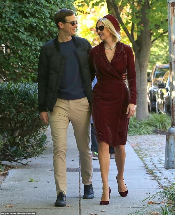Ái nữ nhà Trump chọn bộ váy nhung đỏBurgundy ôm sát body kín đáo, nền nã mix cùng mũ cài đầu và giày cao gót xuyệt tông váy mang đậm style vintage