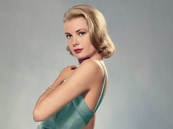 """Công nương Monaco Grace Kelly với kiểu tóc bob ngang vai uốn xoăn phần lọn để bên một phía tóc là """"style đặc trưng"""" của mỹ nhân Thế giới"""