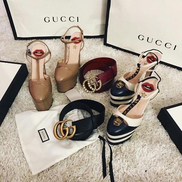 """Châu Bùi cũng cho thấy mức độ giàu có với mức chi """"cực mạnh"""" trong các buổi đi mua sắm. Một trong số đó phải kể đến lần shopping hơn 90 triệu VND với 4 món phụ kiện của Gucci. Mẫu giày cao gót đinh tán trị giá 31 triệu VND, giày màu be có giá 29 triệu VND, chiếc thắt lưng màu đỏ đính ngọc trai có giá 19 triệu còn mẫu thắt lưng da màu đen có giá 12 triệu VND."""