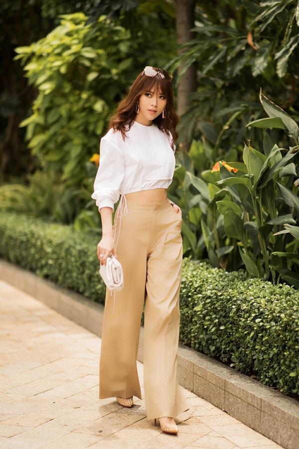 Áo crop top kết hợp cùng quần ống loe là một item được người đẹp tận dụng trong bộ ảnh lần này.